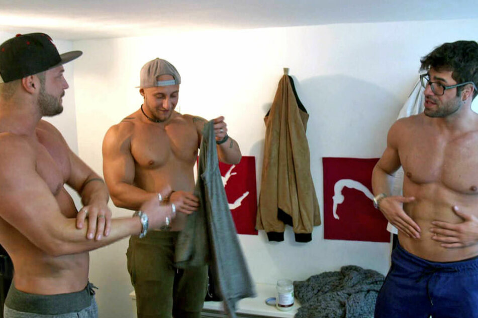 Chris (li.), Philippe (Mitte) und Ferhat (re.) bereiten sich auf einen Auftritt vor.