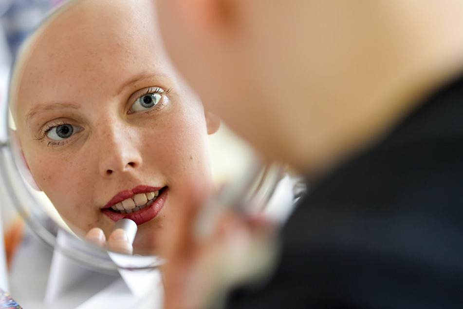 Nora Bürgel (20) probiert ein Make-up für den Abi-Ball ihrer Schwester aus.