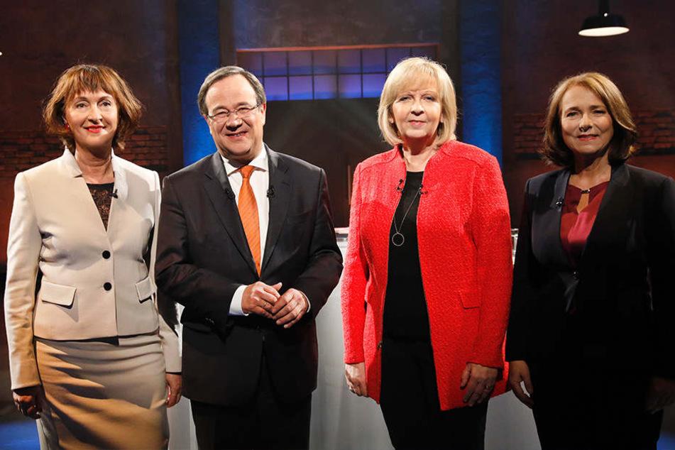 """Bei der Sendung """"Ihre Wahl 2017 - Das Duell"""" stehen Armin Laschet (CDU) und Hannelore Kraft (SPD) zwischen den Moderatorinnen Sonia Seymour Mikich (li.) und Gabi Ludwig."""