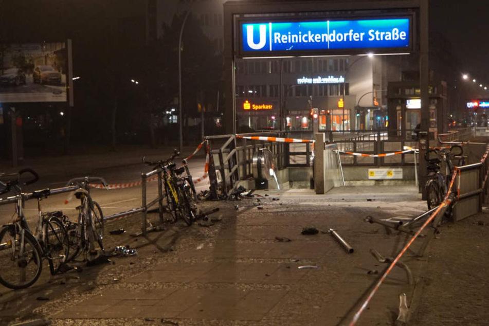 Mehrere Fahrräder und Poller wurden durch den Raser ebenfalls zerstört.