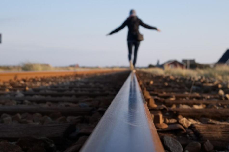 Todes-Falle Selfie: Zwei Mädchen von Bahngleisen gerettet!