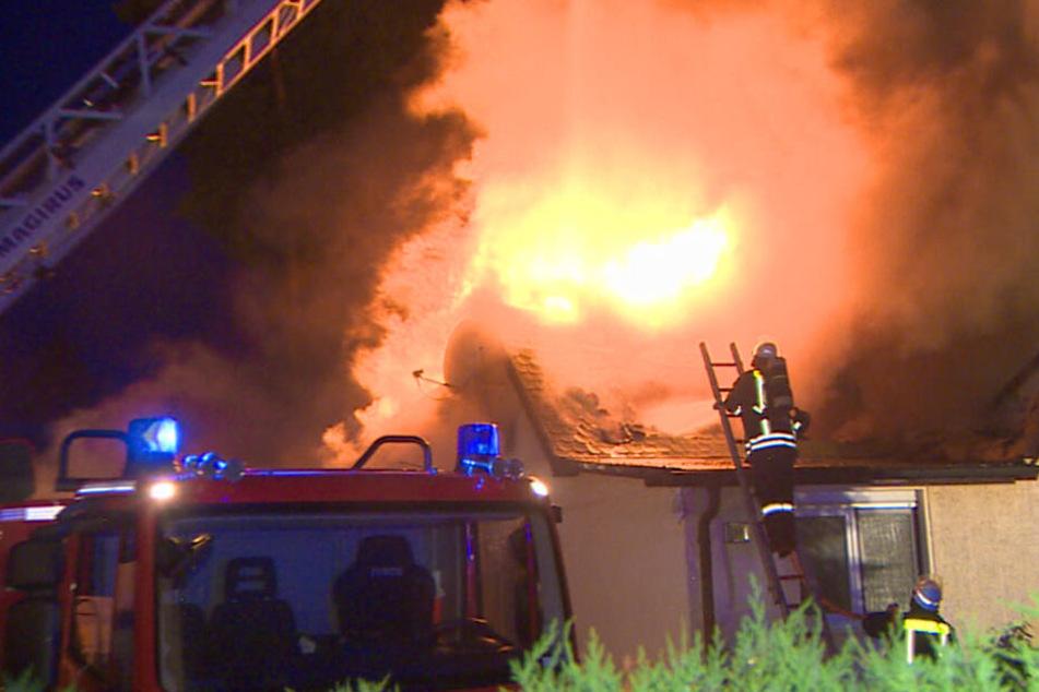Ein Blitzeinschlag hat in Schildow bei Berlin einen Dachstuhl in Brand gesetzt.