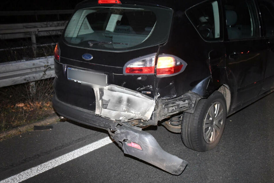 Das Heck des Ford S-Max wurde bei dem Crash stark beschädigt.