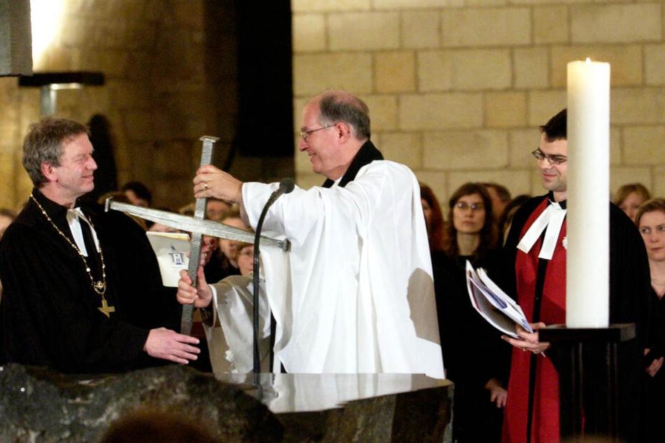 Anlaesslich des 60. Jahrestages der Zerstoerung Dresdens uebergab 2005 Dean John Irvine (m.) aus Coventry als Zeichen der Versöhnung in der der Dresdner Frauenkirche ein Nagelkreuz an Landesbischof Jochen Bohl (l.).