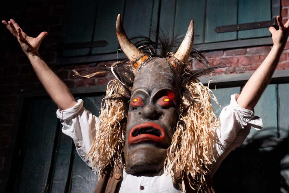 """Der Schauspieler Morgan oBrien steht im Hamburg Dungeon in einer Szene aus der Show """"Der Fluch der Maske"""" auf der Bühne."""