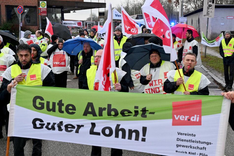 Schleswig-Holstein, Kiel: Streikende Busfahrer starten vor dem Depot der Kieler Verkehrsgesellschaft zu einem Demonstrationszug.