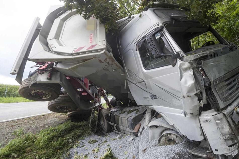 Schwerer Unfall: Sattelschlepper faltet sich zusammen