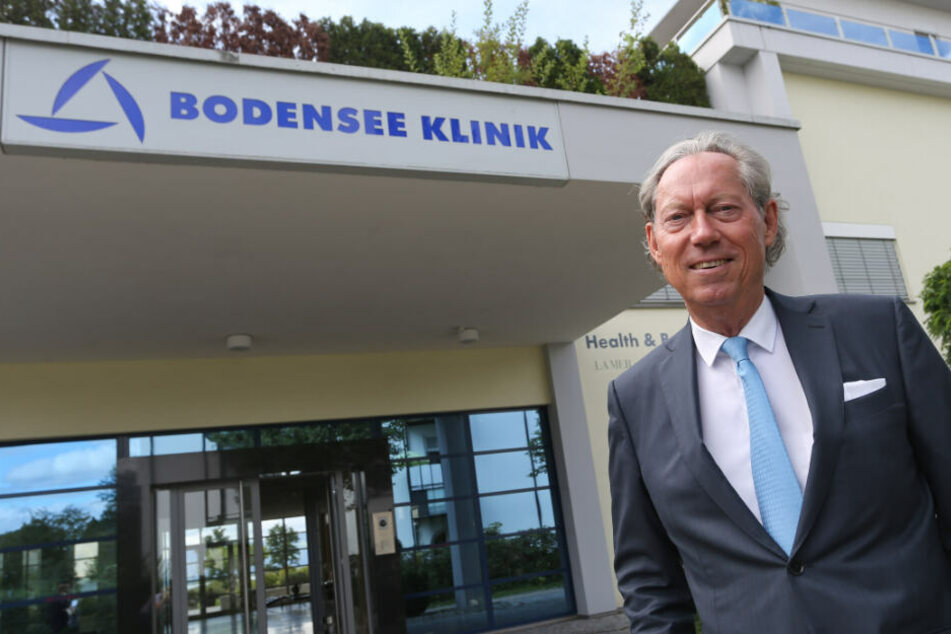 Schönheits-Chirurg Professor Werner Mang steht vor der von ihm gegründeten Bodensee Klinik.