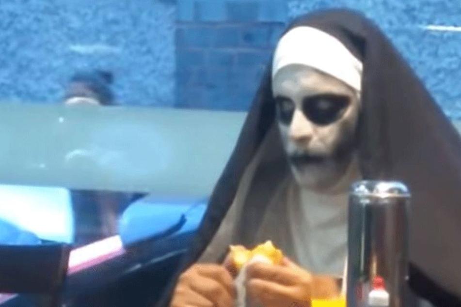 Zunächst funktioniert der Auftritt der Grusel-Nonne.