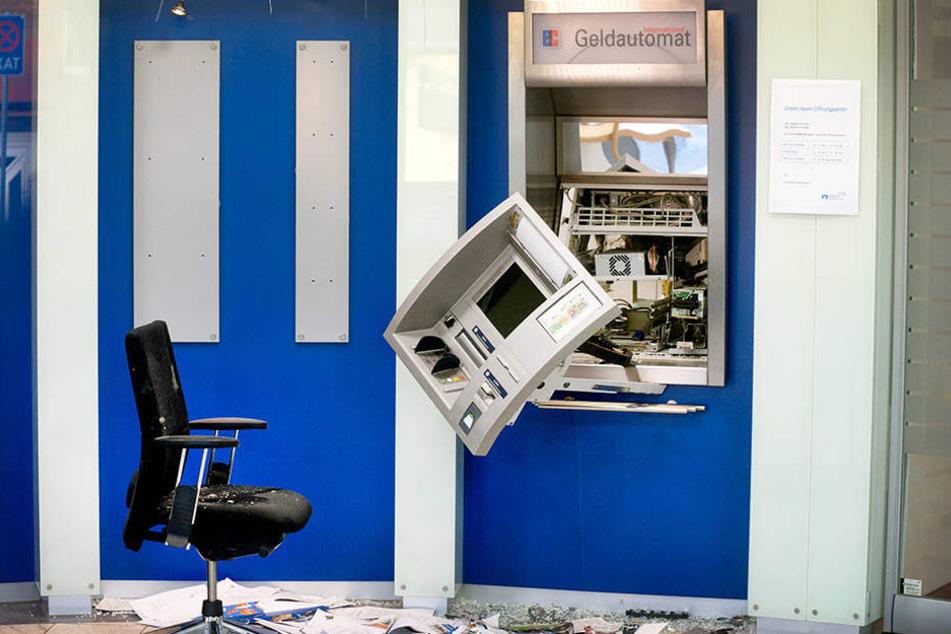 Explosion: Täter sprengen Geldautomaten in Kalbach und fliehen mit unbekannter Summe. (Symbolbild)