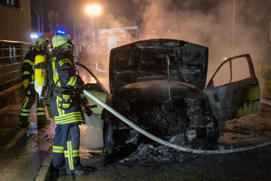 Die Feuerwehr versuchte alles, konnte den Wagen aber nicht mehr retten.