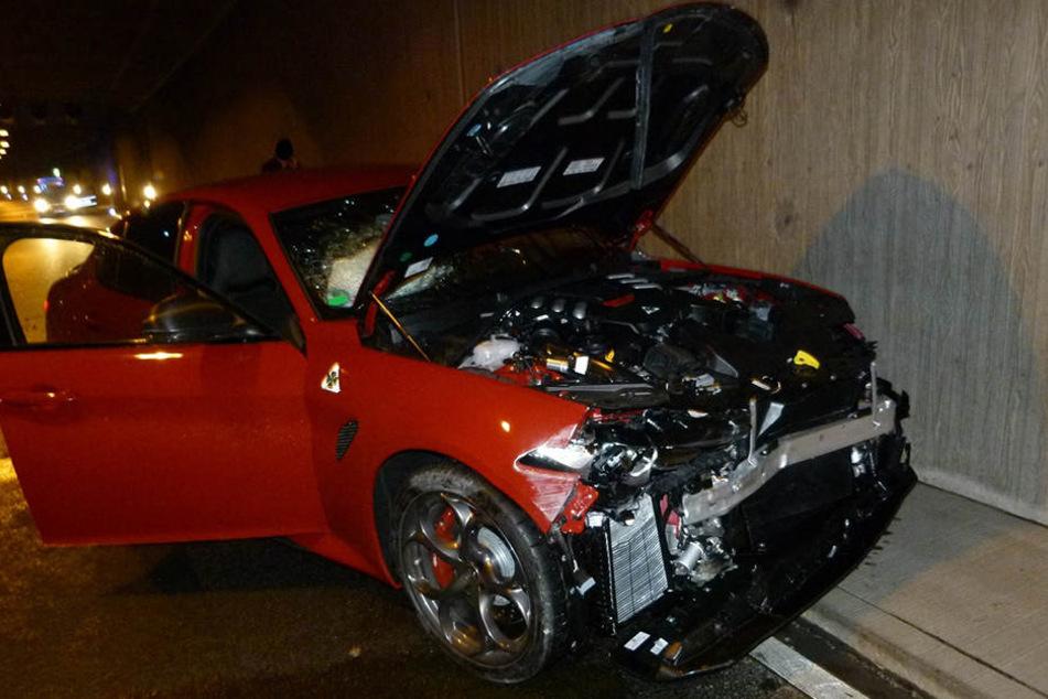 Der Alfa Romeo war nach dem Unfall nicht mehr fahrbereit.