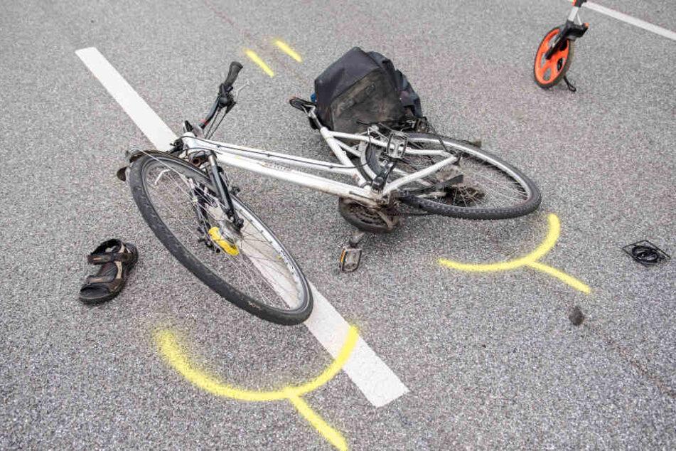 Weil er den Verkehr auf der Straße nicht beachtete, wurde ein Radler (81) von einem Auto erfasst und tödlich verletzt. (Symbolbild)