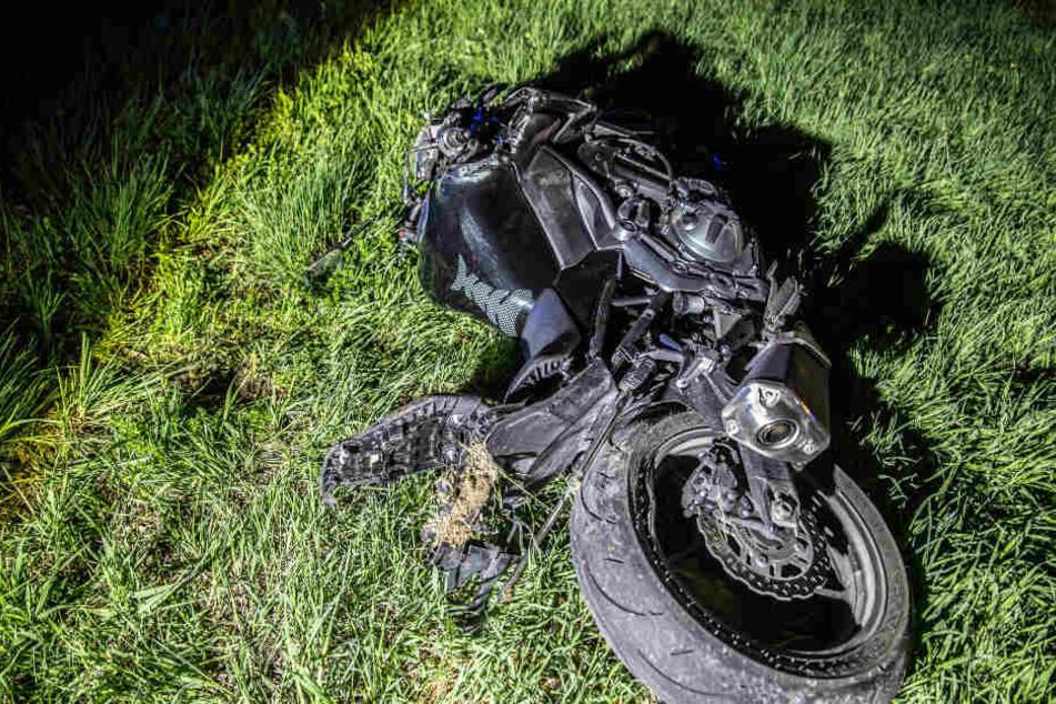 Motorradfahrer will überholen und stirbt, Sozius schwer verletzt