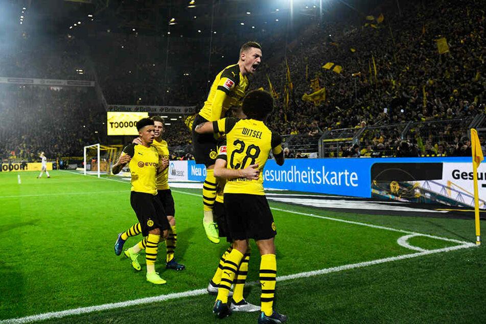 Jubel vor der vollen Südtribüne: Der BVB drehte das Spiel gegen starke Bayern.