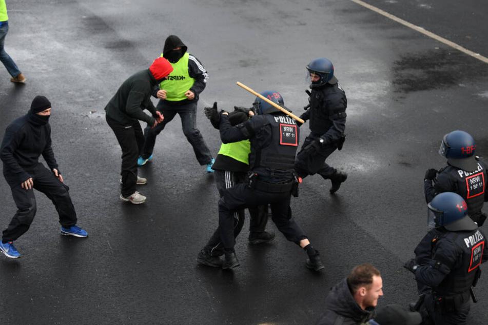 Unter anderem wird auch eine Auseinandersetzung zwischen zwei Fußball-Fan-Gruppierungen nachgestellt. (Symbolbild)