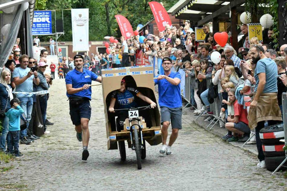 """Mit ordentlich Karacho rast das """"bike24""""-Team beim Seifenkistenrennen der Ziellinie entgegen."""