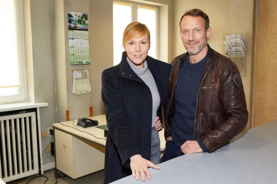 Franziska Weisz und Wotan Wilke Möhring stehen in der Kulisse der Norderneyer Polizeistation.