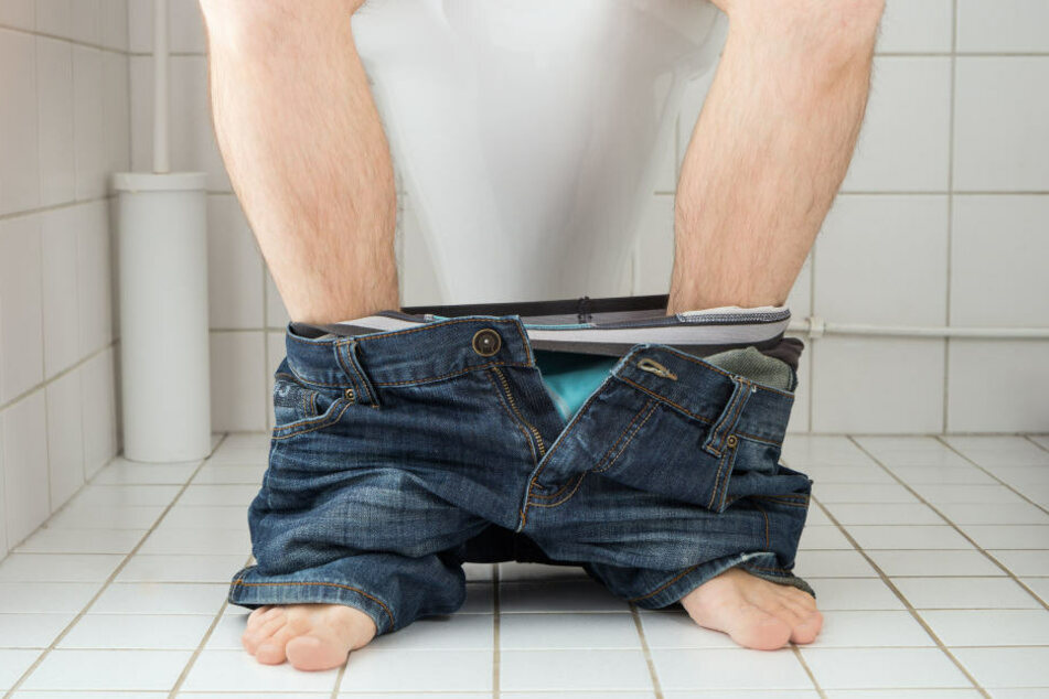 Als er auf der Toilette saß, wird dieser Mann von mehreren Polizisten überrascht. (Symbolbild)