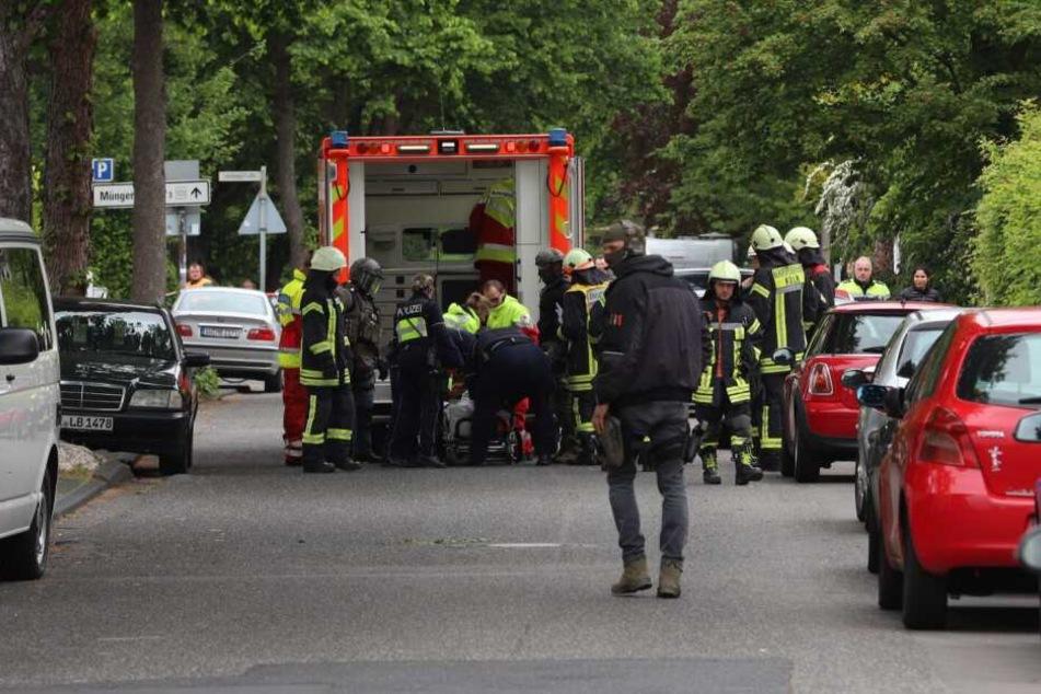 SEK-Beamte fixierten den Mann und übergaben ihn an einen Rettungswagen.