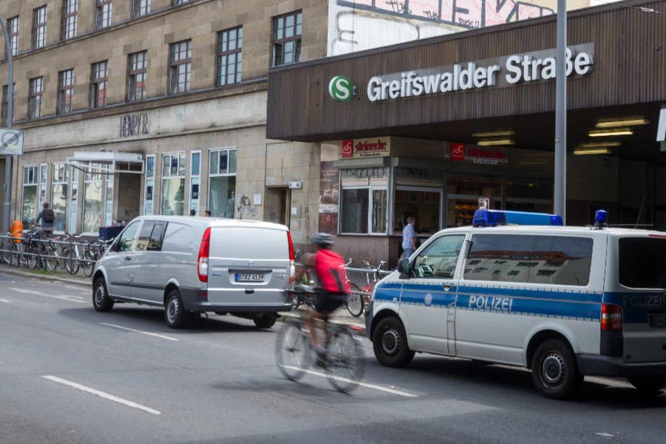 Am S-Bahnhof Greifswalder Straße sollte er aussteigen und versuchte dabei zu flüchten. (Symbolbild)