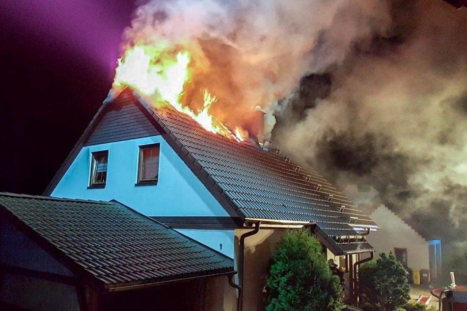 Blitz schlägt in Wohnhaus ein: Dachstuhl brennt lichterloh