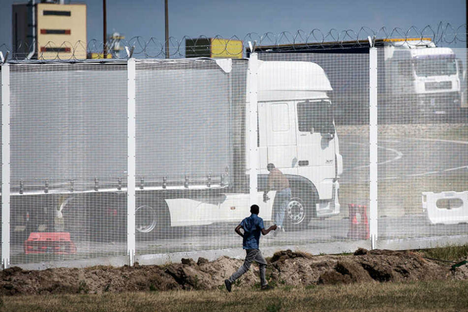 In dem Laster waren Männer, Frauen und ein Kind eingesperrt. (Symbolbild)