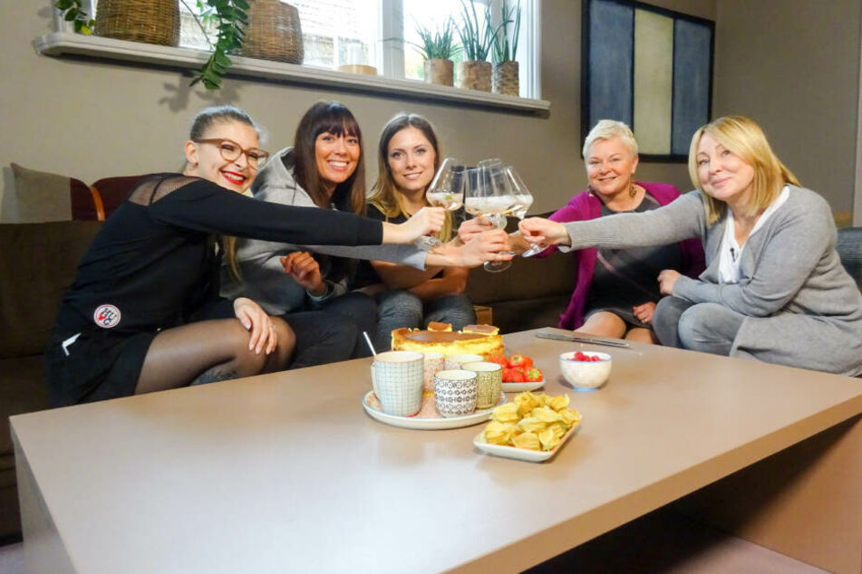 Die Dresdner Mädels müssen Pullis shoppen: Lysann (19), Fanny (31), Jeanny (27), Uta (54) und Madlen (44, v.l.).