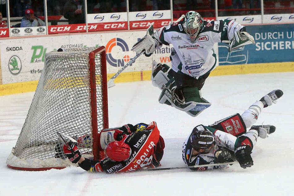 Bernhard Keil (links) rutscht gegen den Pfosten. Rosenheim überspringt symbolisch die Eispiraten-Hürde.