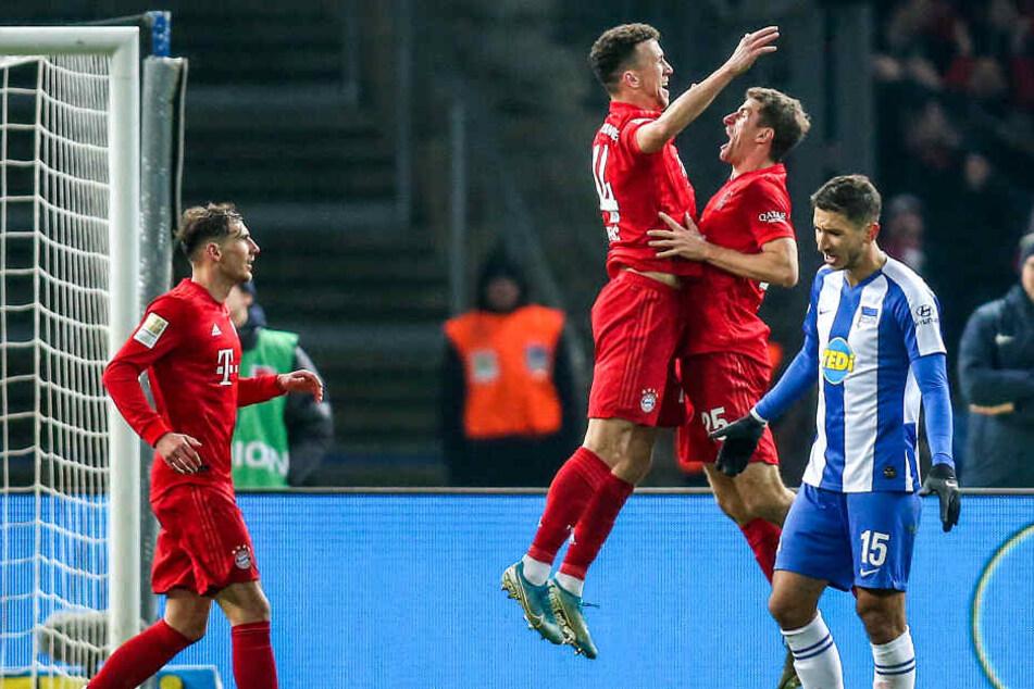 Ivan Perisic (2.v.l) und Thomas Müller (2.v.r) von Bayern München jubeln nach dem 4:0-Treffer durch den Kroaten.