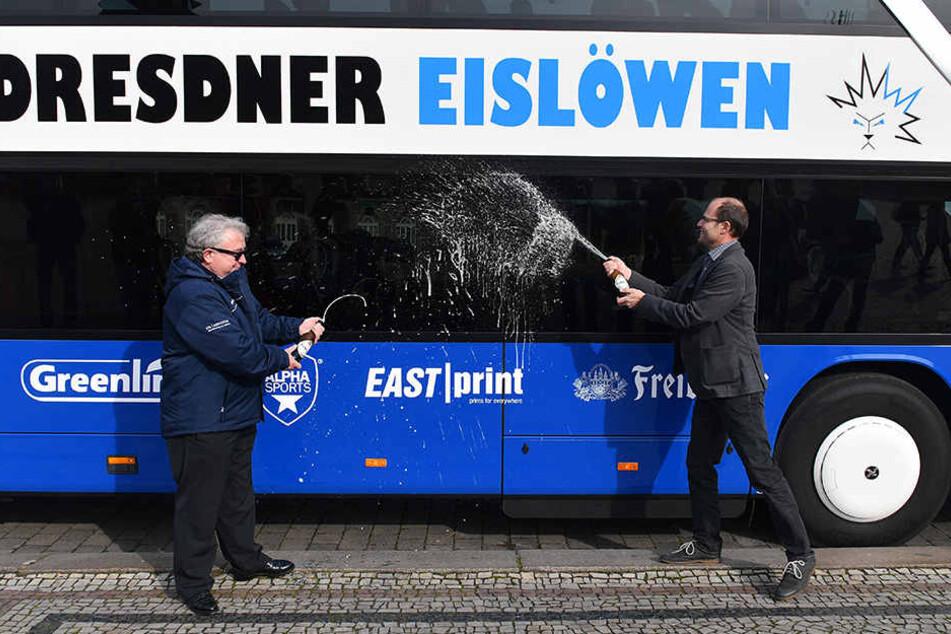 Zünftig! Eislöwen-Geschäftsführer Volker  Schnabel (l.) und Freiberger-Marketingleiter Frank Rehagel taufen mit Bier den  Bus.
