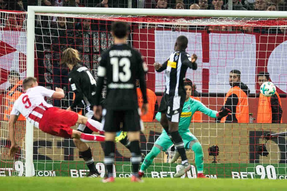 Schöne Derby-Erinnerung: Simon Terodde erzielte am 14. Januar 2018 den späten Siegtreffer gegen Mönchengladbach.