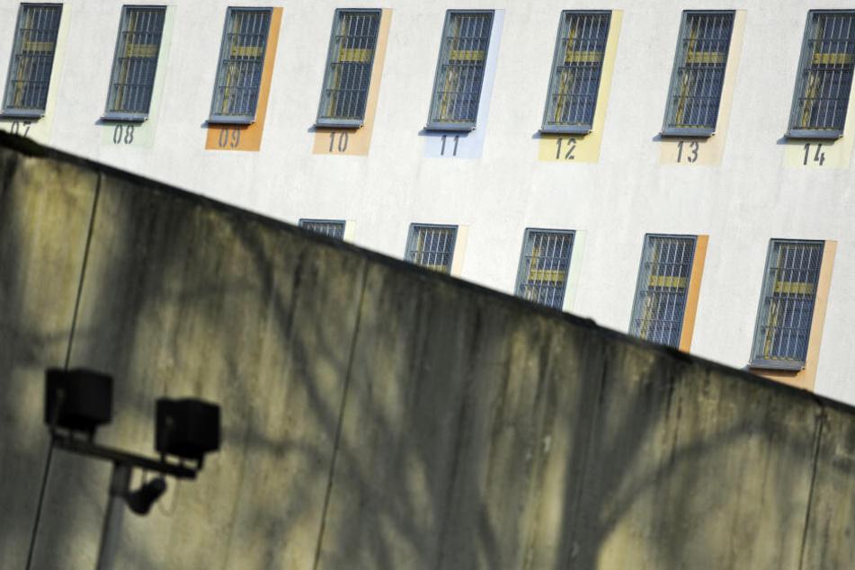 Der Blick auf nummerierte Zellenfenster der Justizvollzugsanstalt in Bochum (Archivbild).