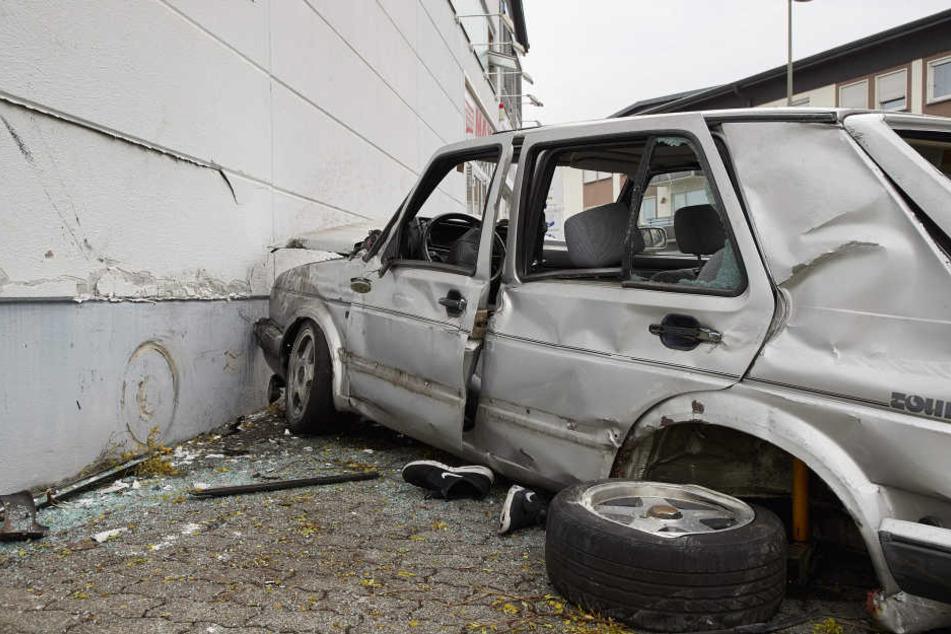 Die drei jungen Männer wurden schwer verletzt in Krankenhäuser gebracht, wo der Fahrer starb.