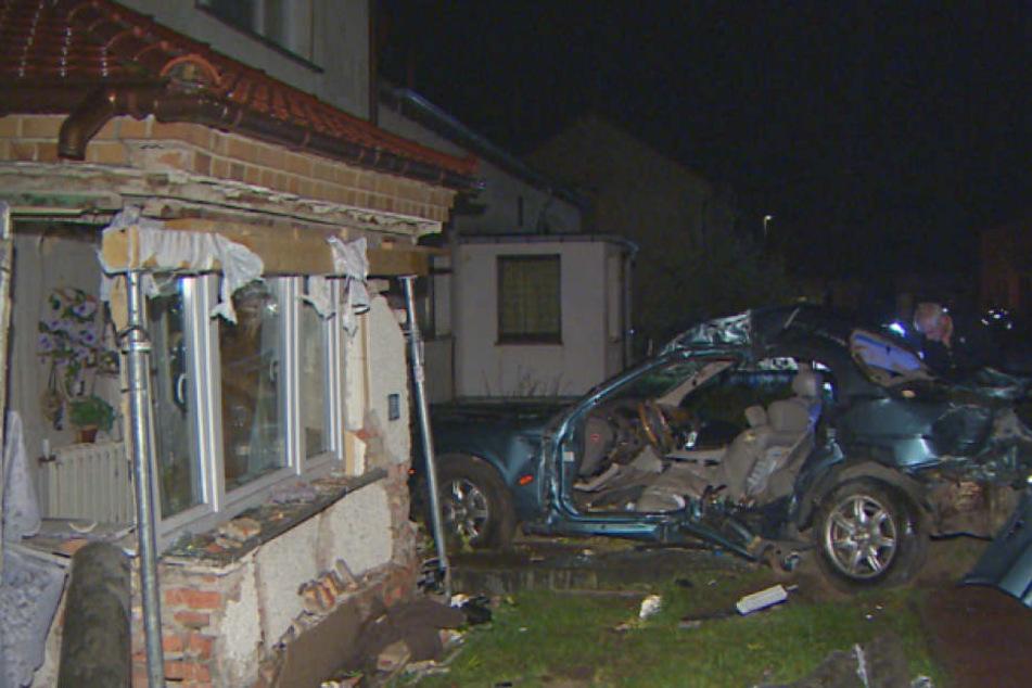 Schwerer Crash in Brandenburg Jaguar kracht in Haus-Vorbau - Fahrer stirbt!