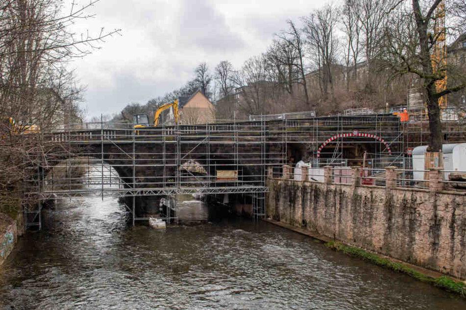 Während der Arbeiten am neuen Gewölbe wird die Karl-Schmidt-Rottluff-Brücke, so heißt die Kaßbergauffahrt offiziell, mit einem Holzgerüst gesichert.