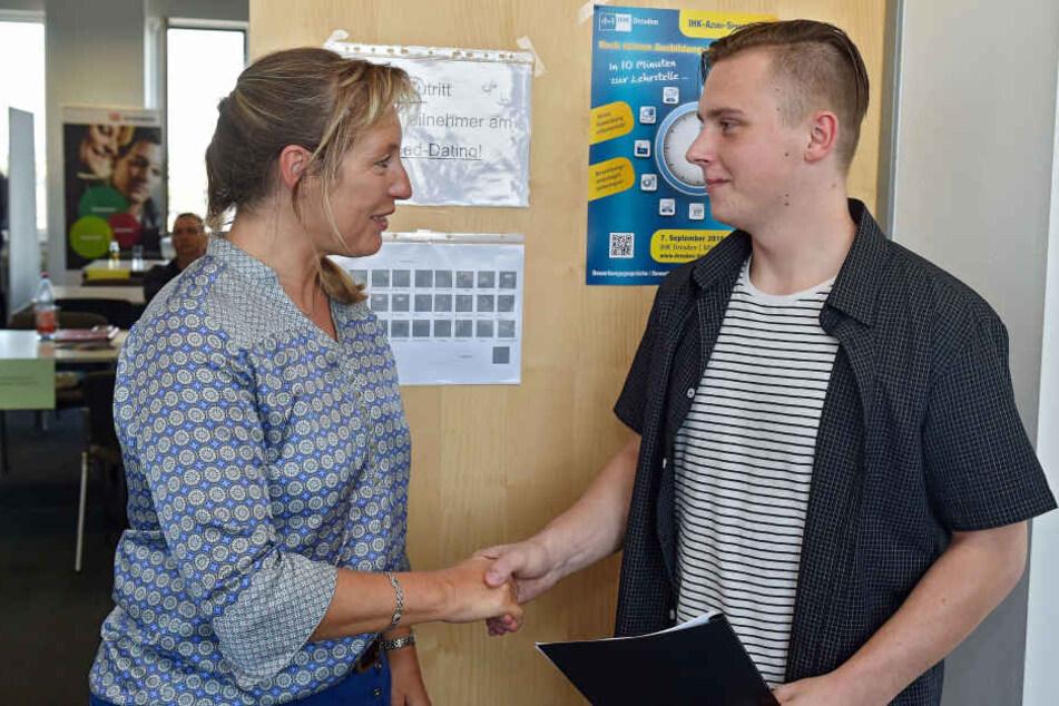 Erster Erfolg: Francesco Suchan (17) erhält von DREWAG-Ausbilderin Sylvia Henschel (52) eine Einladung zum Eignungstest.