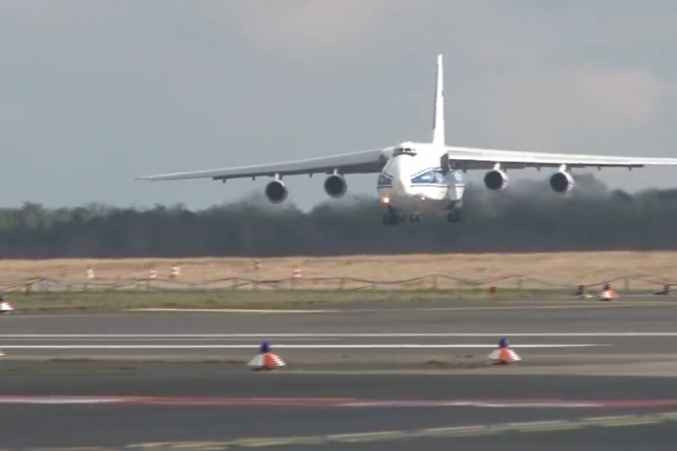 Die Antonow 124 im Anflug auf den Flughafen Köln/Bonn.