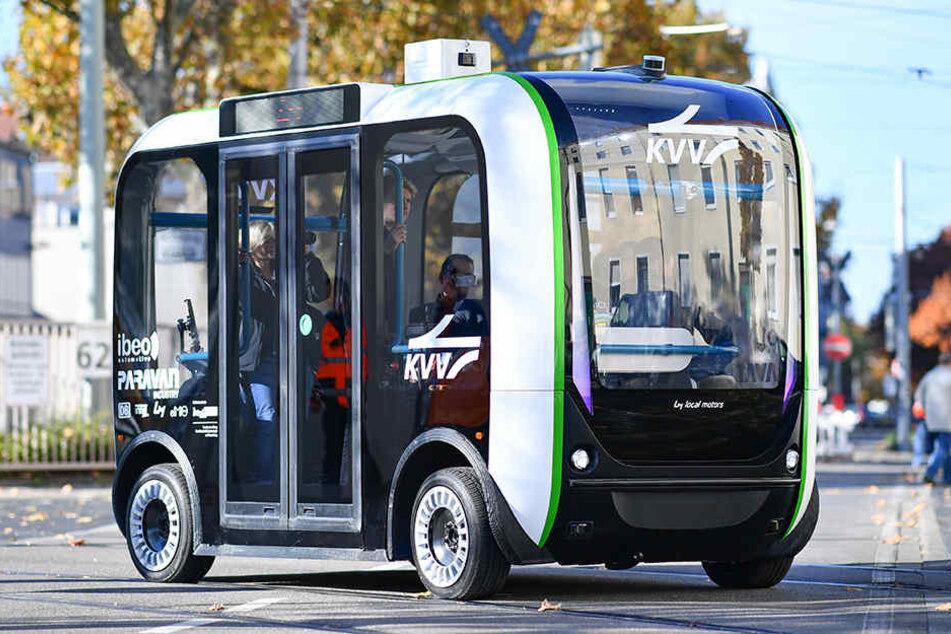 Ein autonom fahrender Elektro-Minibus im Testbetrieb auf einer Straße in Karlsruhe.