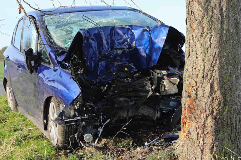 Tödlicher Unfall auf Landstraße! Auto kracht frontal gegen Baum, Fahrer stirbt