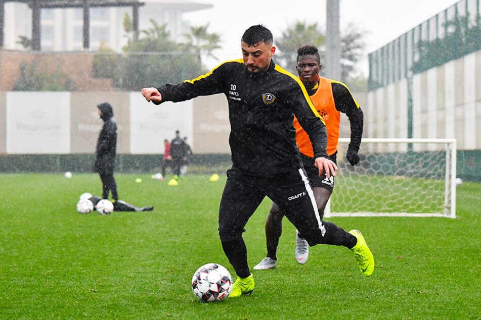 Dynamos Aias Aosman behauptet sich beim Trainingsspielchen im türkischen Belek gegen Moussa Koné.