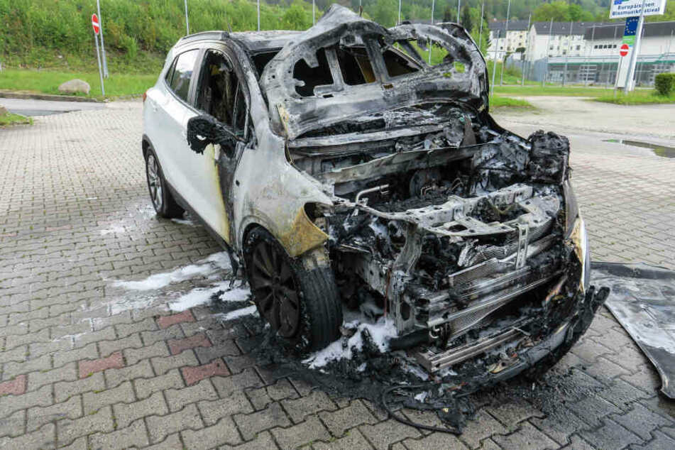 Der Opel ist auf einem Parkplatz in Bad Schlema in Brand geraten.
