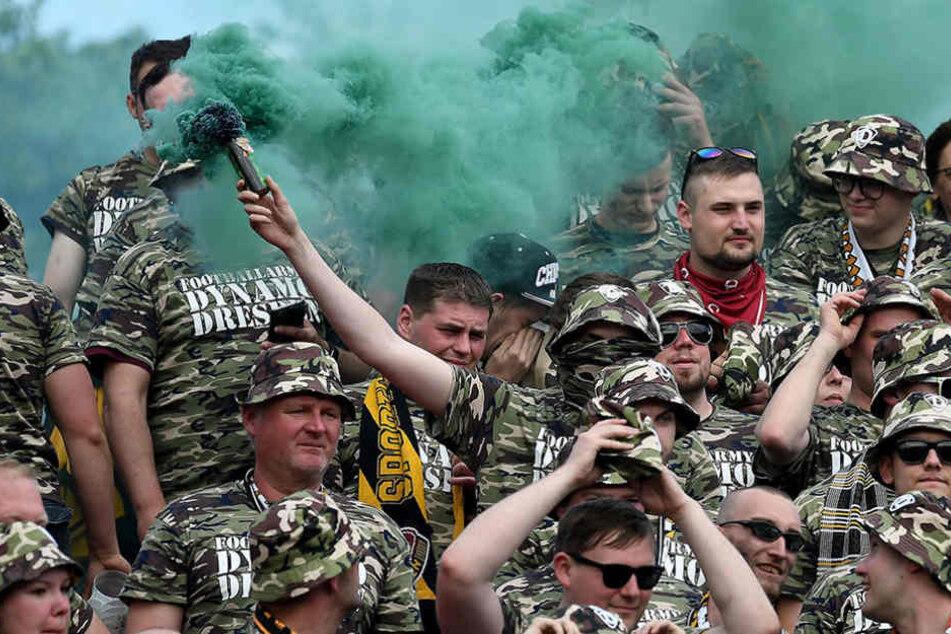 Im Militär-Look und grün vernebelt trat der Dresdner Anhang in Karlsruhe in Erscheinung.