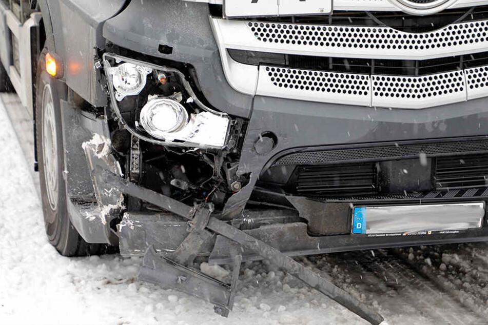 Auch der Laster wurde bei dem Unfall schwer beschädigt.