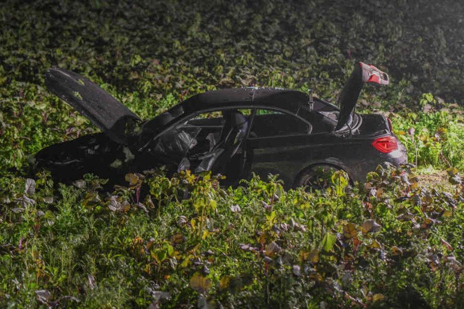Das Unfallauto steht auf einem Feld.