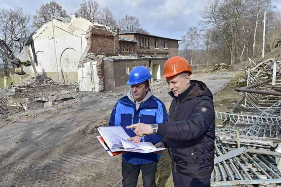 Der Abrissbagger frisst die alte Halle. Bauleiter Ulrich Stiehler (57, l.)  und Mirko Richtsteiger (51, Hochbauamt) mit Bauplan.