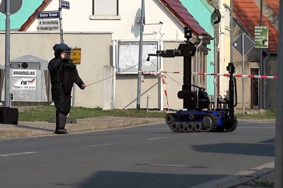 Spezialkräfte der Polizei entschärften am Samstag in Kleinmühlingen zwei Rohrbomben.