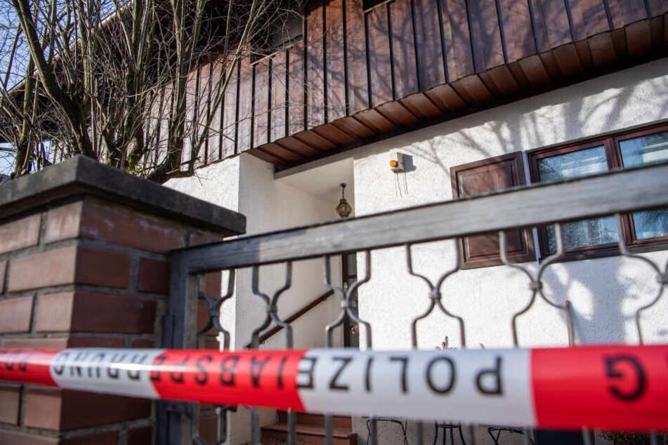 Polizei-Absperrband ist vor dem Wohnhaus in Starnberg zu sehen.