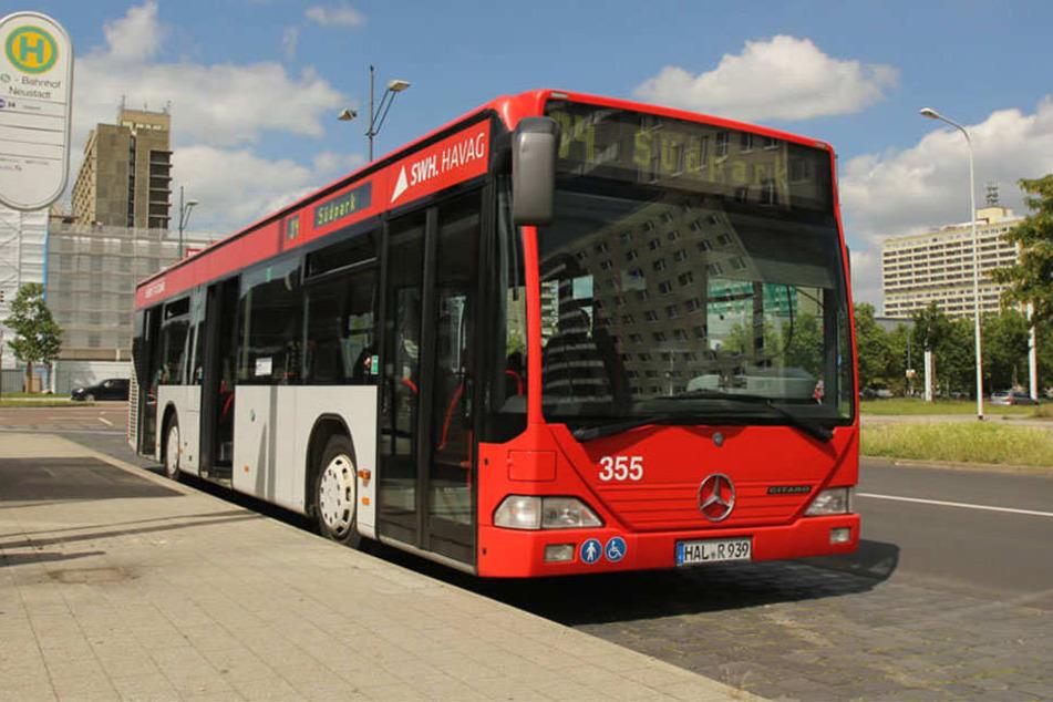 Ein Bus rollte plötzlich los, obwohl dessen Fahrer (47) die Handbremse anzog. Ein Mann (62) wurde eingequetscht. (Symbolbild)