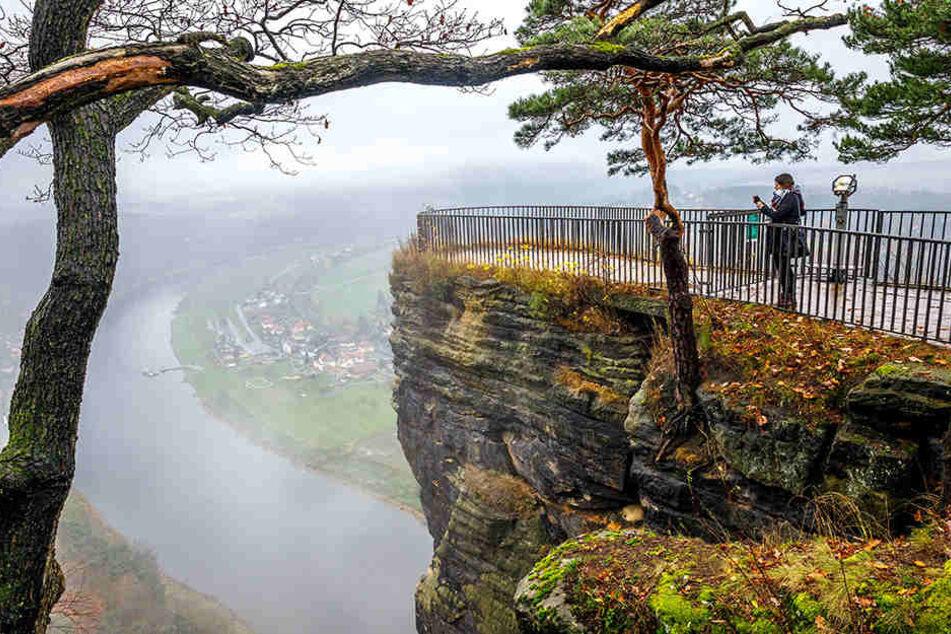 Der Nebel um die Zukunft der weltberühmten Aussicht auf dem Bastei-Felsen lichtet sich: Über die gesperrte Plattform wird ein Schwebe-Steg gebaut.
